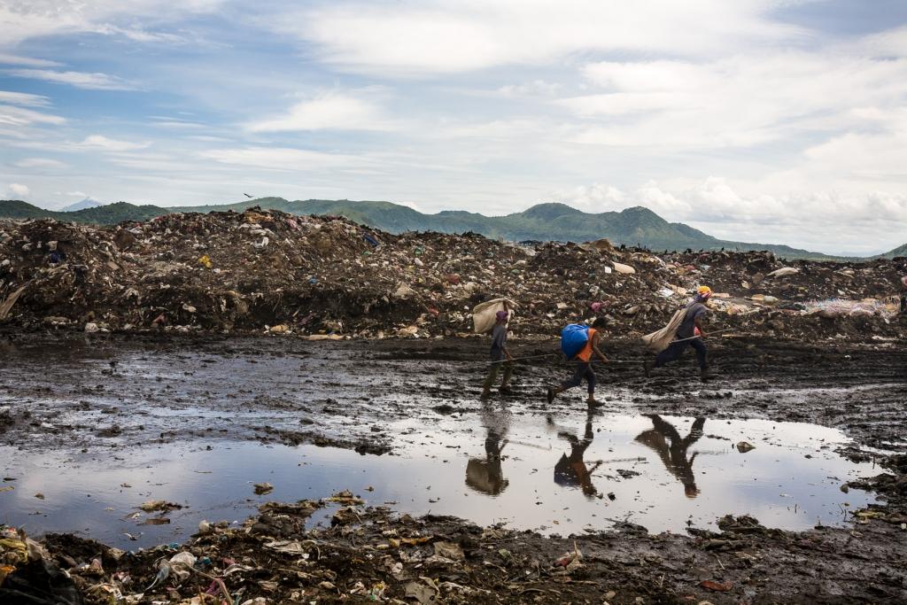 Children run towards the entrance of La Chureca, Managua's city dump.